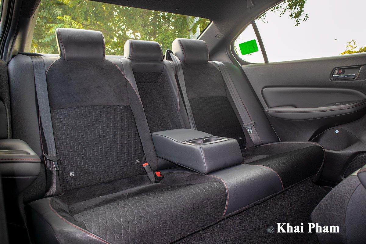 Hàng ghế sau của Honda City RS 2021 có trang bị tựa tay.
