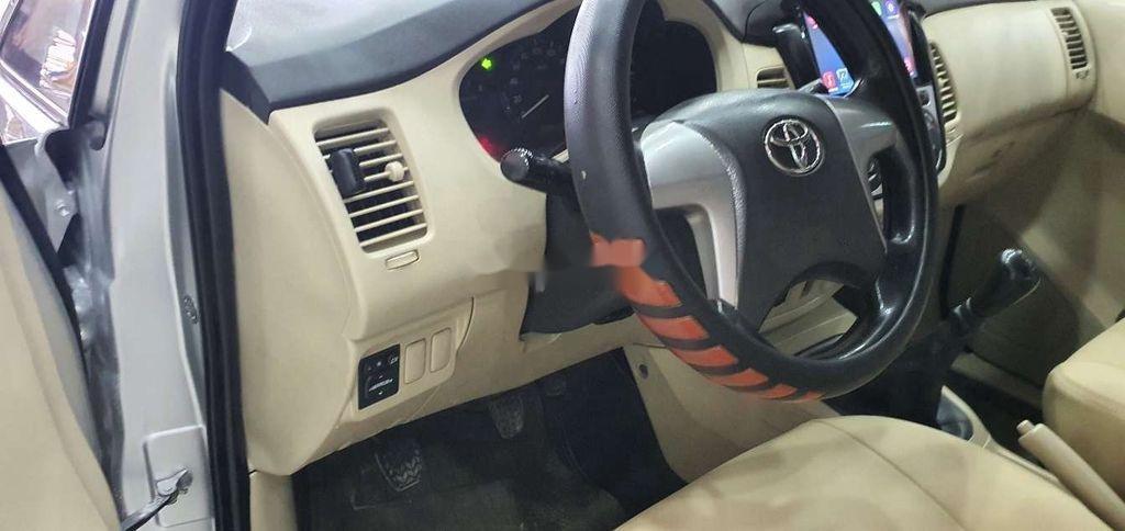Cần bán gấp Toyota Innova 2014, màu bạc còn mới (8)