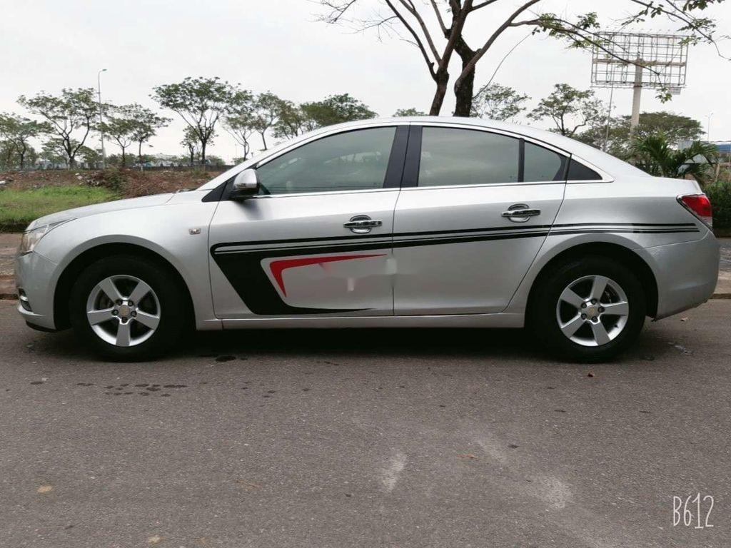 Cần bán xe Chevrolet Cruze năm 2010, màu bạc, giá tốt (3)