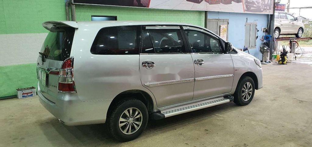 Cần bán gấp Toyota Innova 2014, màu bạc còn mới (2)