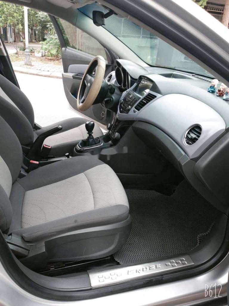 Cần bán xe Chevrolet Cruze năm 2010, màu bạc, giá tốt (12)