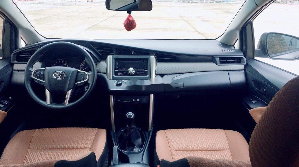 Cần bán lại xe Toyota Innova sản xuất năm 2017 còn mới, giá chỉ 565 triệu (9)
