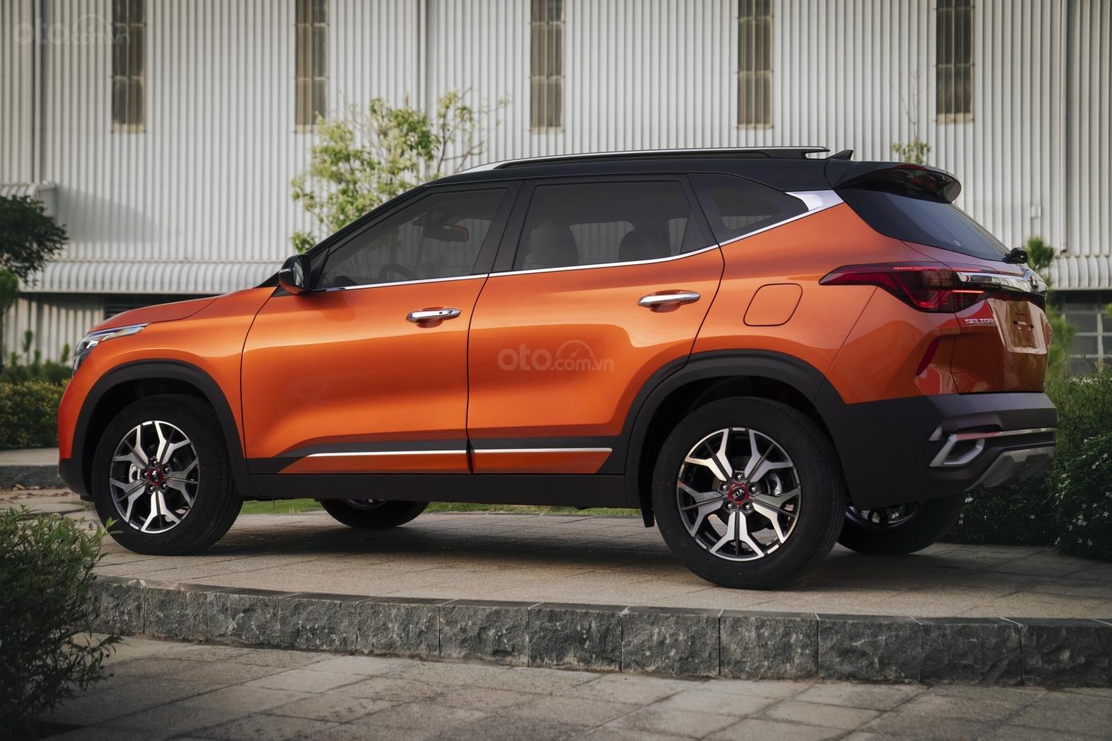Kia Seltos 1.4 Premium cam - đen, giao xe tháng 1/2021 (2)