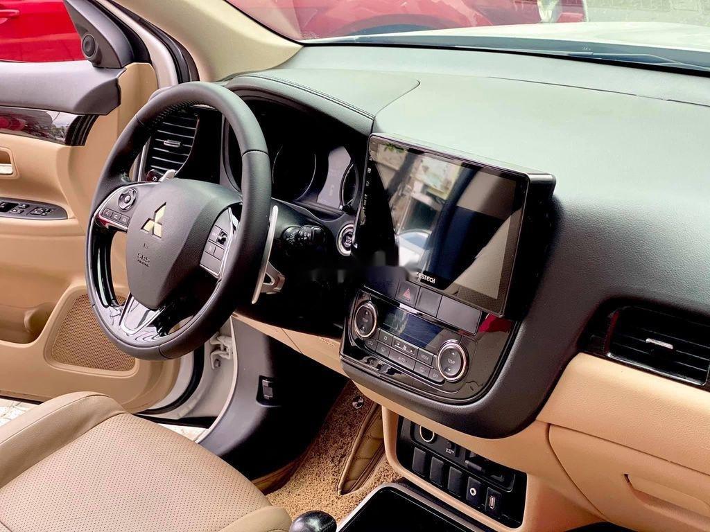 Cần bán gấp Mitsubishi Outlander đời 2017, màu trắng, nhập khẩu (11)
