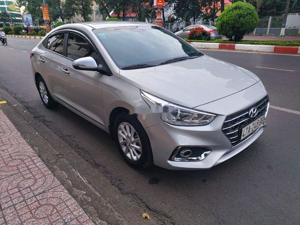 Cần bán xe Hyundai Accent sản xuất năm 2018, màu bạc (1)
