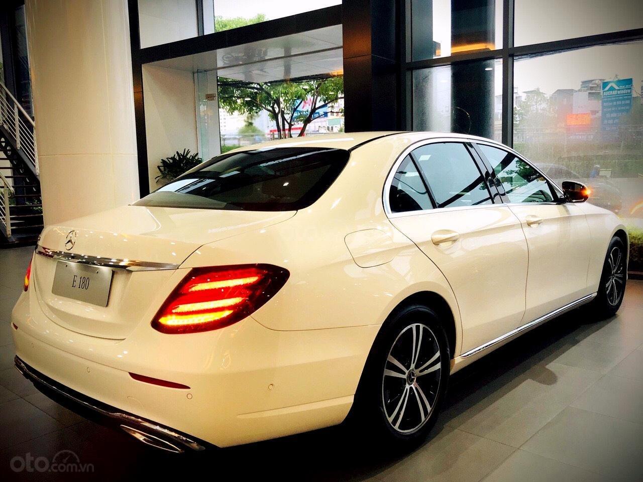 Mercedes Benz Haxaco Điện Biên Phủ, Mercedes E180 - giảm 100 triệu đến tháng 2, trả góp 80% - xe đủ màu giao ngay (4)