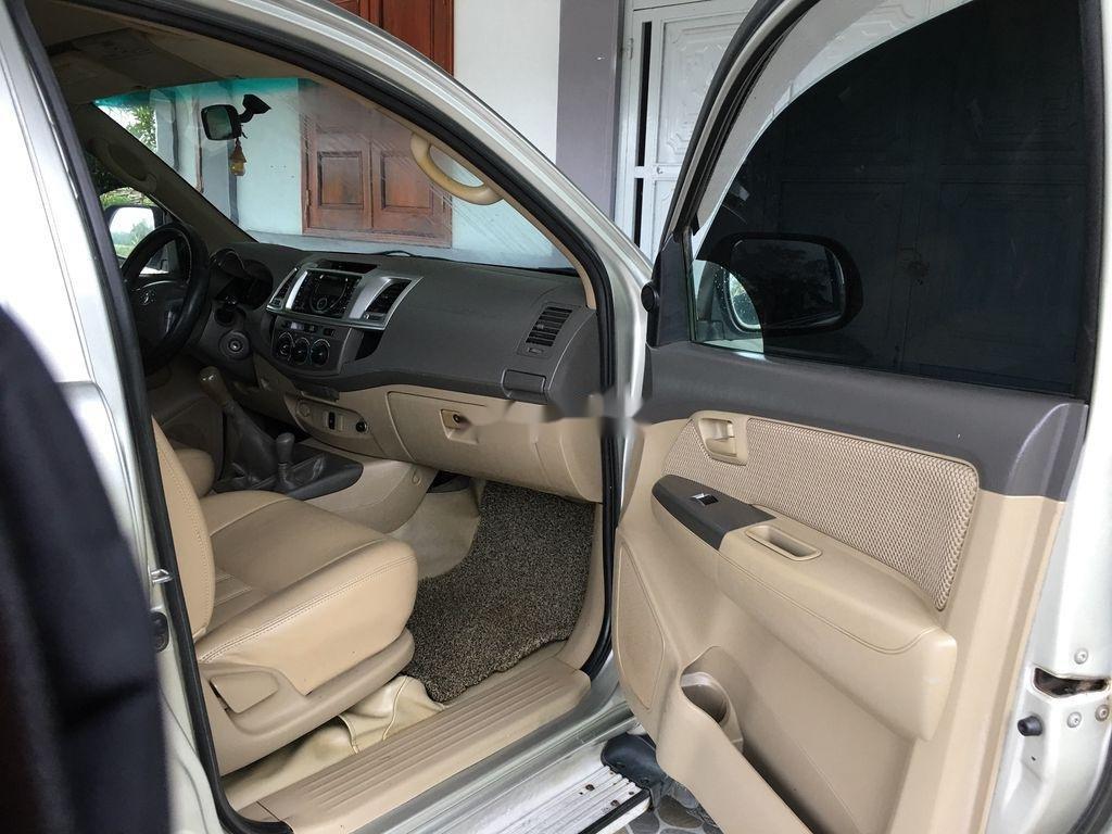 Cần bán gấp Toyota Hilux đời 2013, màu bạc, xe nhập xe gia đình (2)
