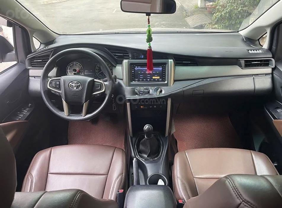 Cần bán lại xe Toyota Innova sản xuất 2017 còn mới (3)