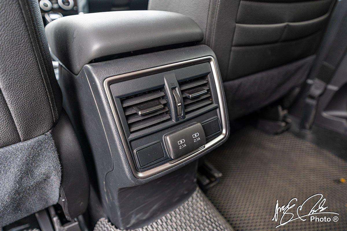 Cửa gió hàng ghế sau tích hợp 2 cổng sạc trên Subaru Forester 2021.