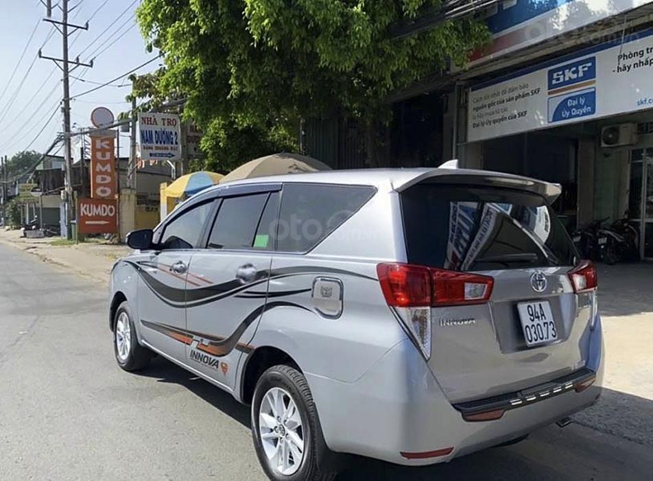 Bán Toyota Innova 2.0E số sàn sản xuất 2018, màu bạc (4)