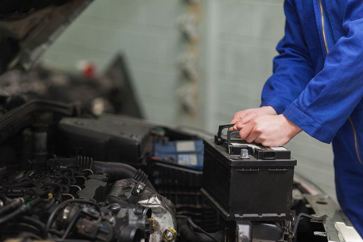 Kiểm tra ắc quy để xe luôn hoạt động tốt trong điều kiện lạnh giá.