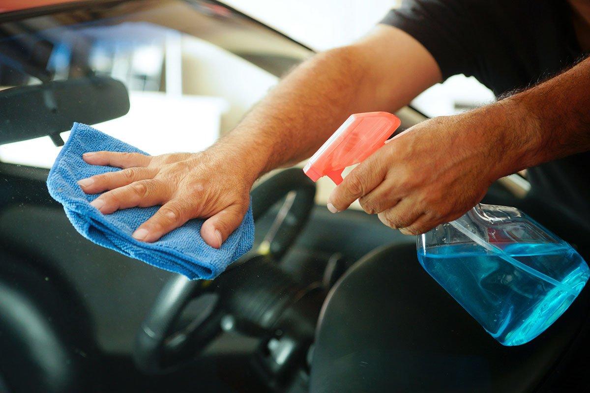 Vệ sinh sạch sẽ các cửa kính tránh hiện tượng đọng nước.