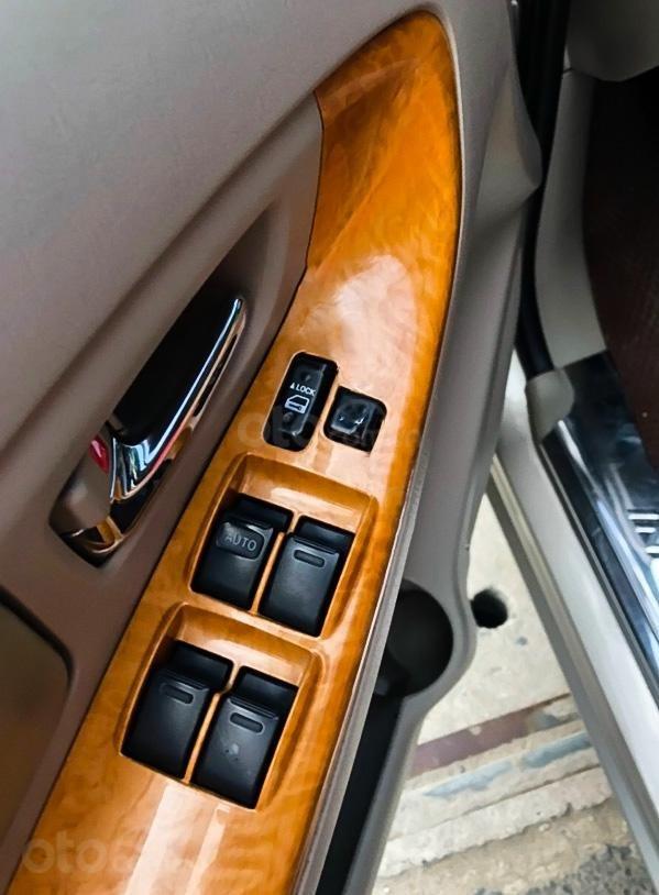 Cần bán xe Toyota Innova sản xuất 2011, màu vàng cát (4)