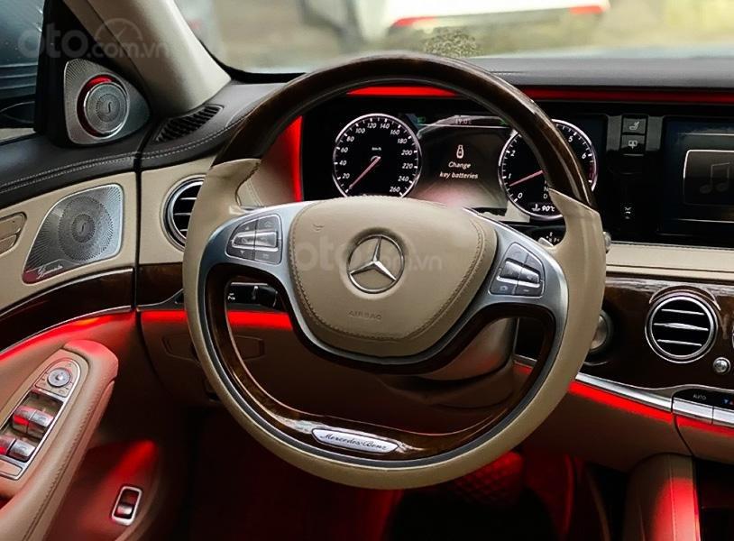 Cần bán xe Mercedes năm sản xuất 2014, màu đen còn mới (3)