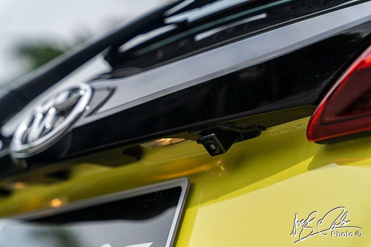 Camera lùi được trang bị tiêu chuẩn trên Toyota Yaris 2021.