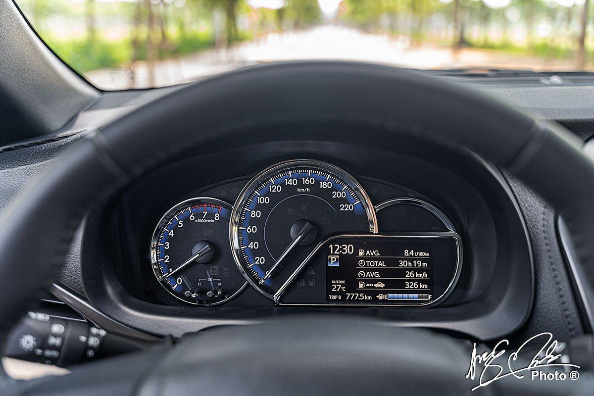 Bảng đồng hồ trên Toyota Yaris 2021 có thêm màn hình hiển thị.