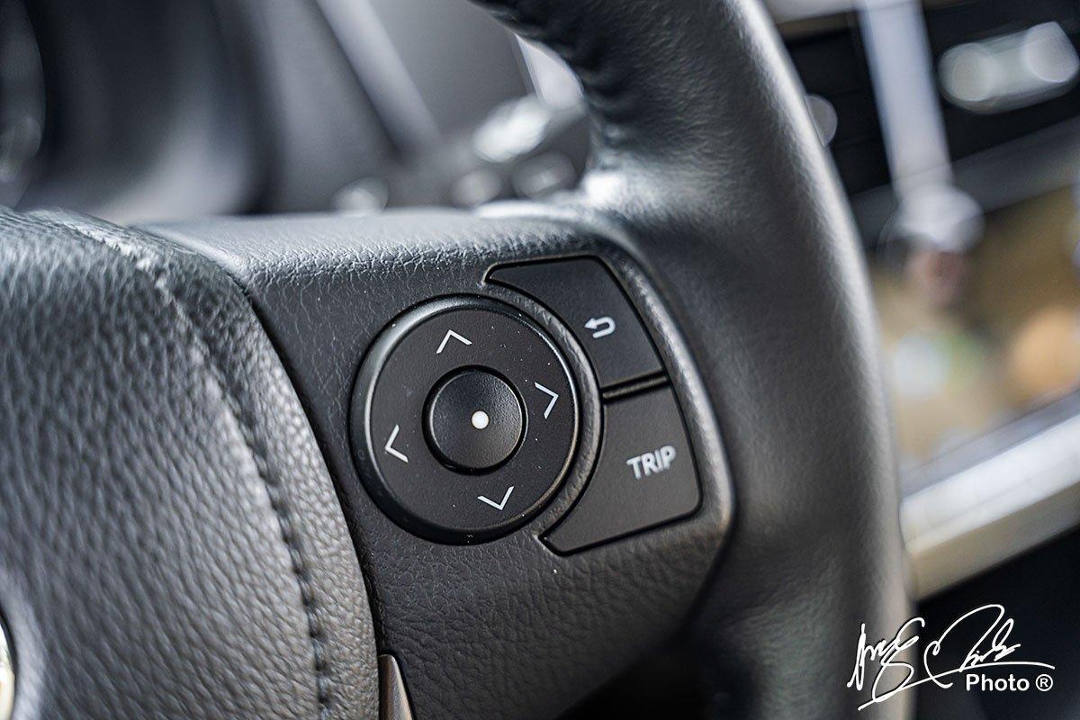 Vô-lăng trên Toyota Yaris 2021 được bổ sung thêm nút kiểm soát các thông tin hành trình.