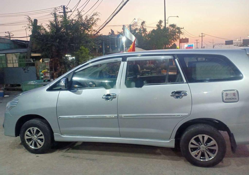 Cần bán xe Toyota Innova năm sản xuất 2013 còn mới (3)