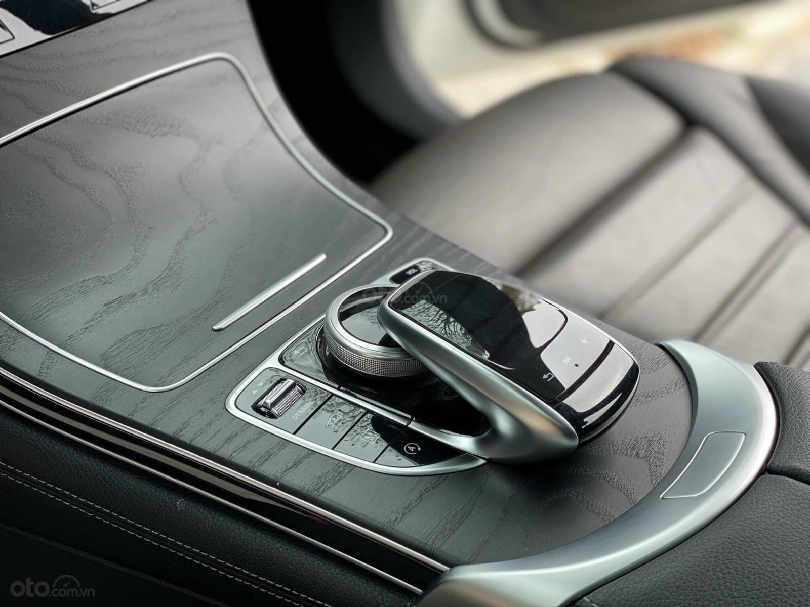 Bán Mercedes GLC 300 2019 màu trắng nội thất nâu, sang trọng và cực hiếm (4)