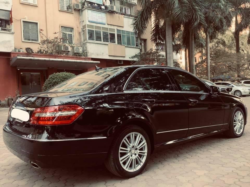 Cần bán xe Mercedes E300 sản xuất 2011, màu đen như mới, xe chất giá tốt (4)