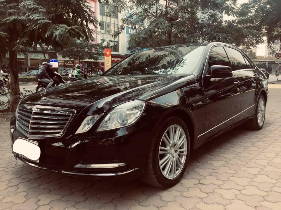 Cần bán xe Mercedes E300 sản xuất 2011, màu đen như mới, xe chất giá tốt (2)