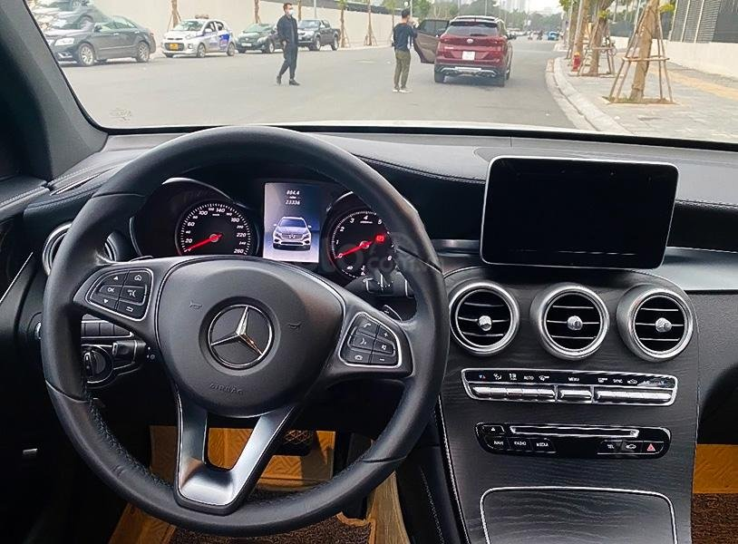 Cần bán xe Mercedes GLC300 năm 2017, màu trắng còn mới (2)