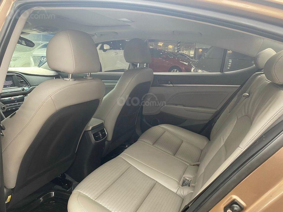 Cần bán Hyundai Elantra 2.0AT sản xuất năm 2016, màu nâu chính chủ (6)