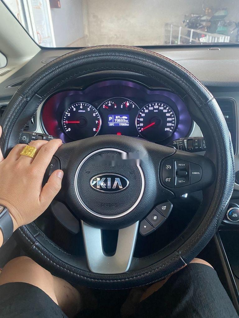 Xe Kia Rondo đời 2015, màu vàng còn mới (4)