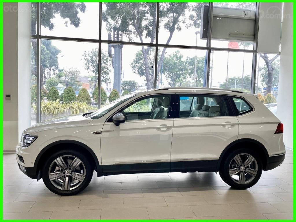 Hôm nay giá lăn bánh & khuyến mãi xe Tiguan Luxury S màu trắng tiếp tục giảm sâu, liên hệ Mr Thuận để có giá tốt nhất (8)