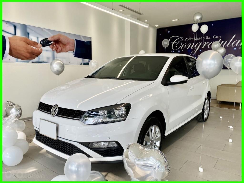 Đang tìm xe cho vợ, xe nhập, an toàn chọn xe nào, gọi Thuận có giá đặc biệt T2/2021 cho Polo Hatchback màu trắng này (1)