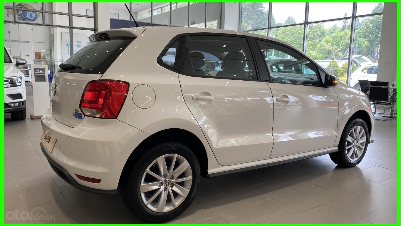 Đang tìm xe cho vợ, xe nhập, an toàn chọn xe nào, gọi Thuận có giá đặc biệt T2/2021 cho Polo Hatchback màu trắng này (6)