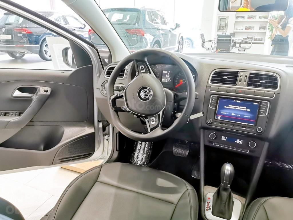 Đang tìm xe cho vợ, xe nhập, an toàn chọn xe nào, gọi Thuận có giá đặc biệt T2/2021 cho Polo Hatchback màu trắng này (15)