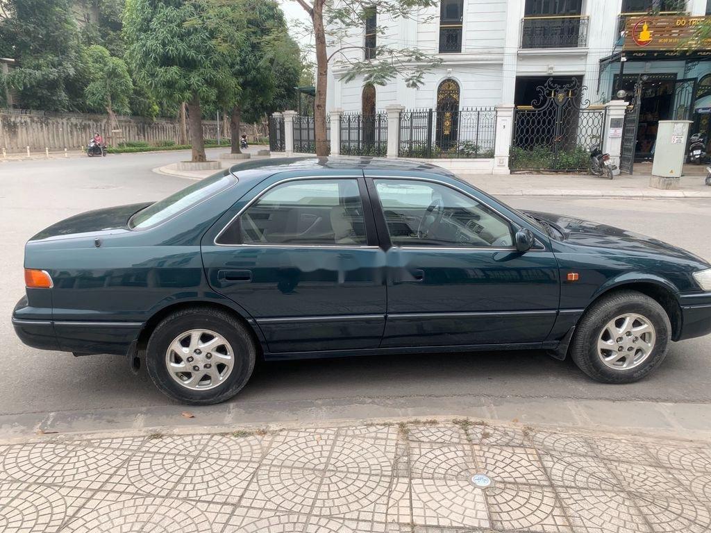 Xe Toyota Camry năm sản xuất 1998 còn mới (4)