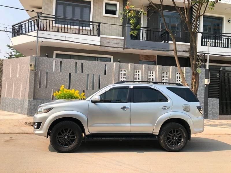 Cần bán gấp Toyota Fortuner đời 2016, màu bạc chính chủ (2)