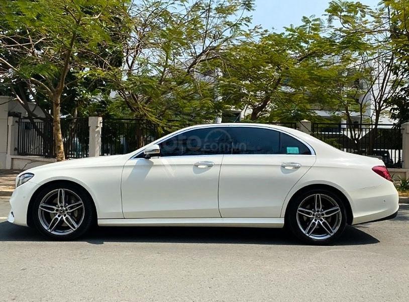 Cần bán gấp Mercedes E300 AMG năm sản xuất 2017, màu trắng còn mới (3)