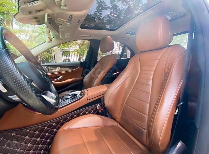 Cần bán gấp Mercedes E300 AMG năm sản xuất 2017, màu trắng còn mới (5)