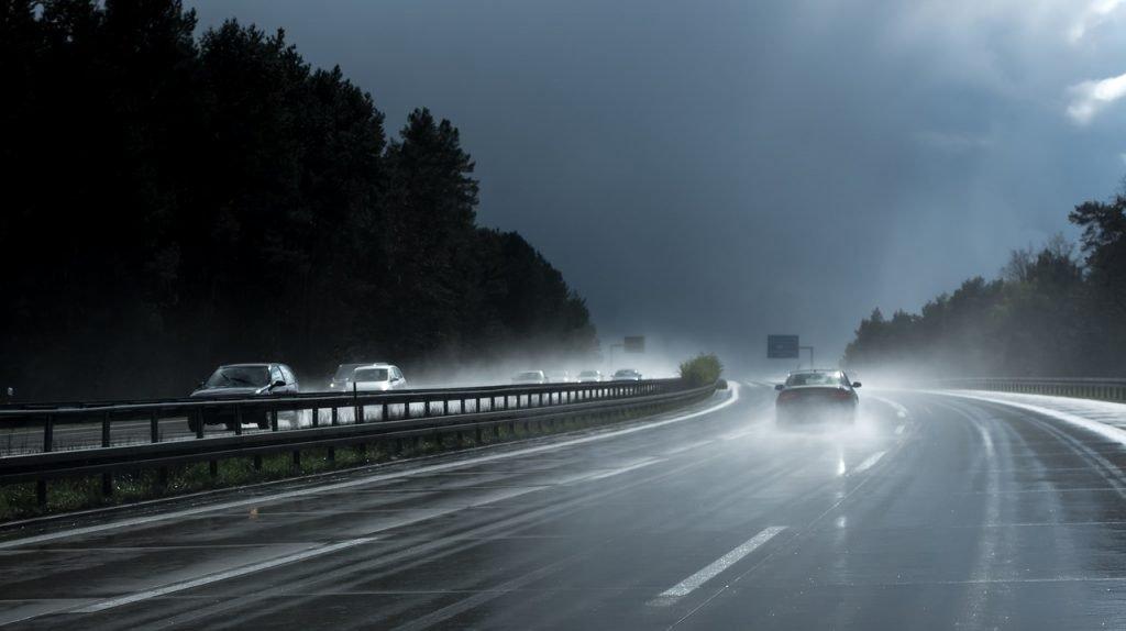 Xe rất dễ bị mất lái khi di chuyển trên đường trơn trượt.