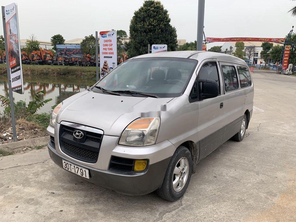 Cần bán gấp Hyundai Grand Starex năm 2004, màu ghi bạc (4)