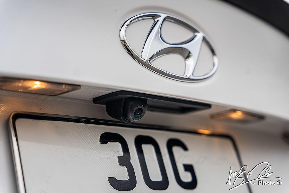 Camera lùi trên Hyundai Accent 2021.