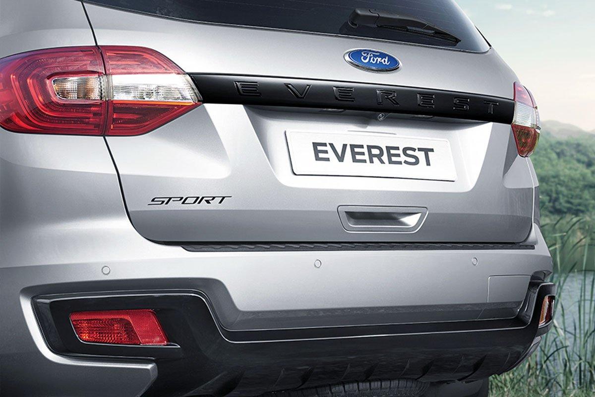 """tay nắm cửa và dòng chữ """"Sport"""" ở cửa hậu cũng được sơn đen trên Ford Everest Sport 2021."""