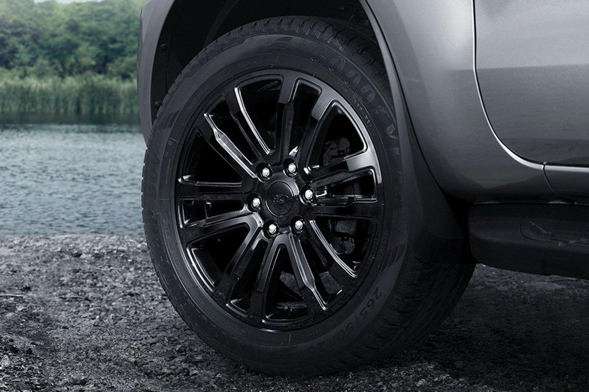 la-zăng 20 inch được sơn đen bóng trên Ford Everest Sport 2021.