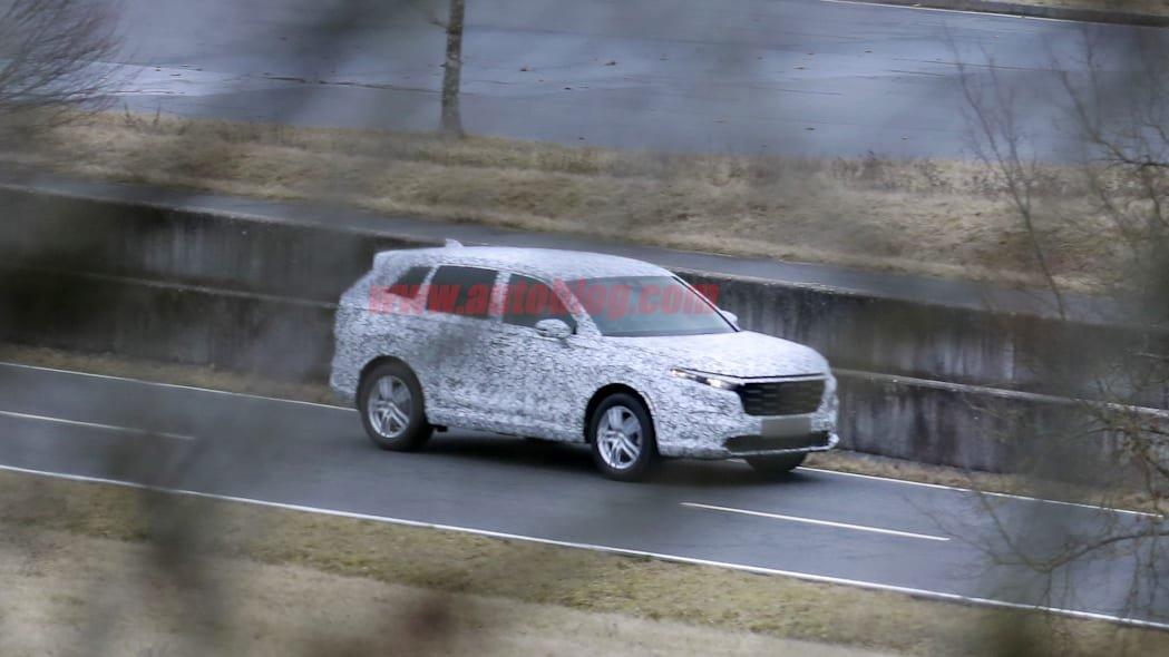 Honda CR-V 2023 lần đầu lộ diện thực tế.
