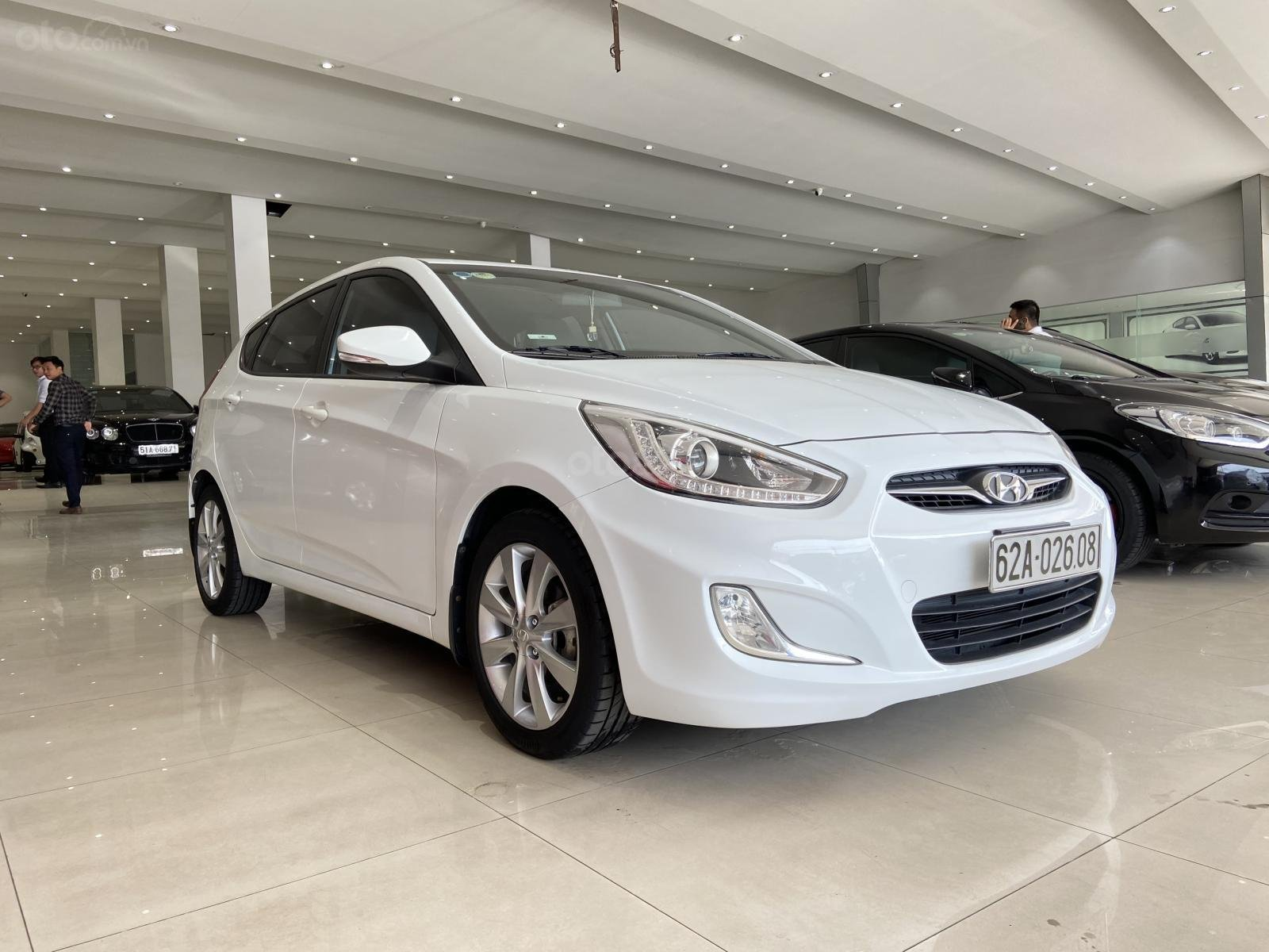 Bán xe Hyundai Accent màu trắng, xe gia đình nên đẹp như mới (2)