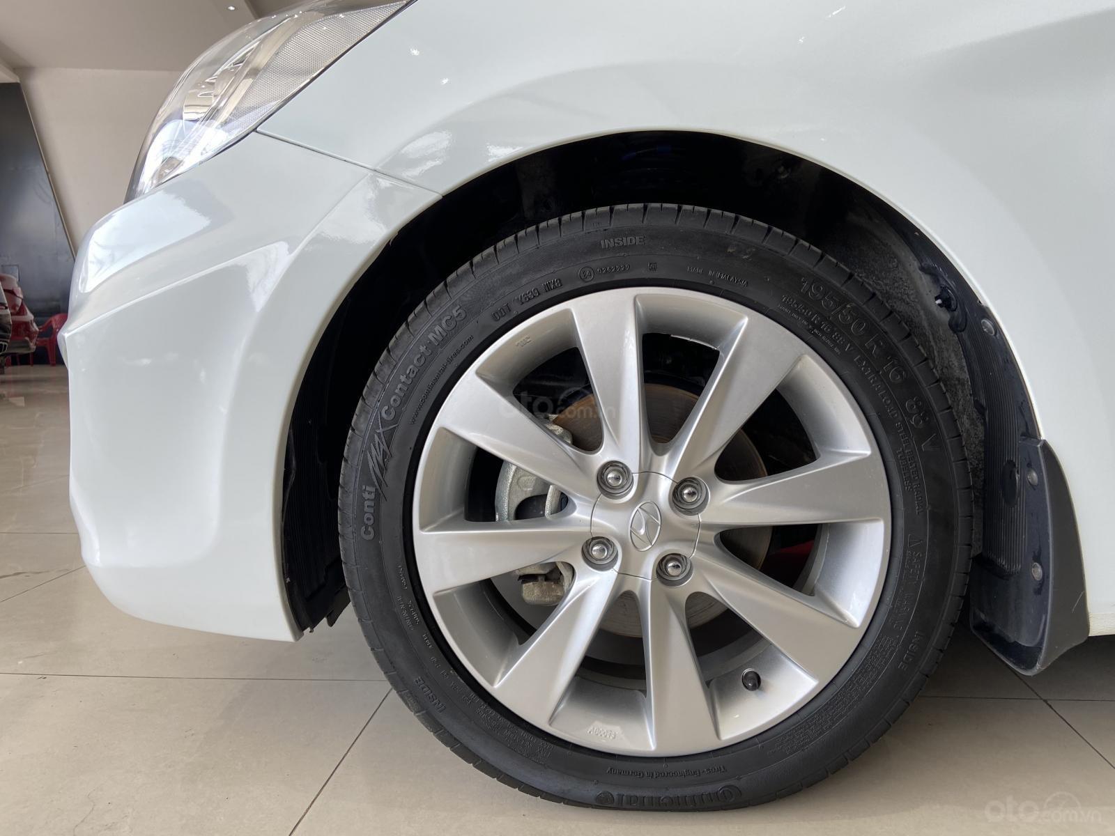 Bán xe Hyundai Accent màu trắng, xe gia đình nên đẹp như mới (14)