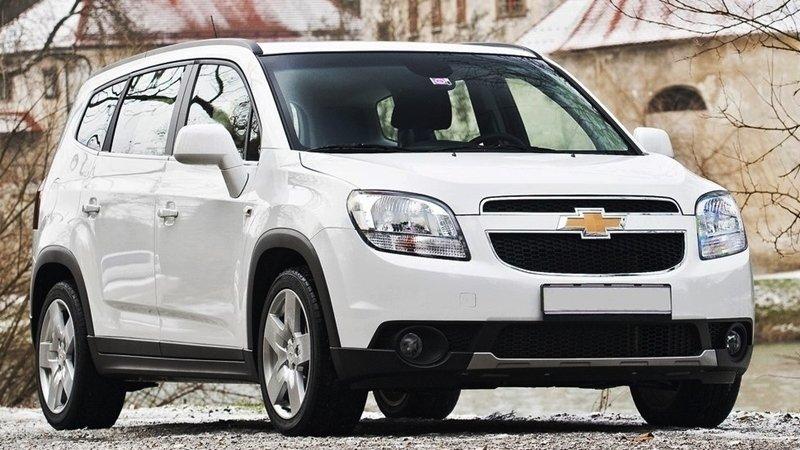 So sánh ngoại thất xe Chevrolet Orlando 2012 và Toyota Innova 2014.