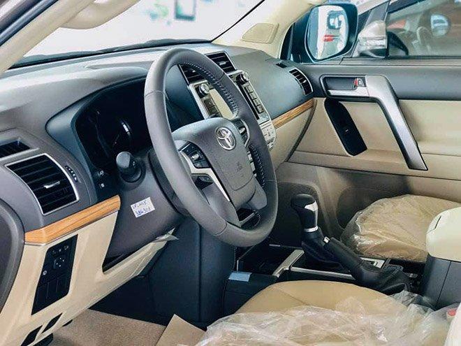 So sánh xe Toyota Land Cruiser Prado 2018 và Ford Explorer 2018 về ghế xe.