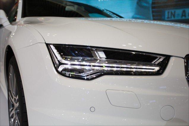 Cụm đèn pha của Audi A7 2015 có những đường nét góc cạnh.