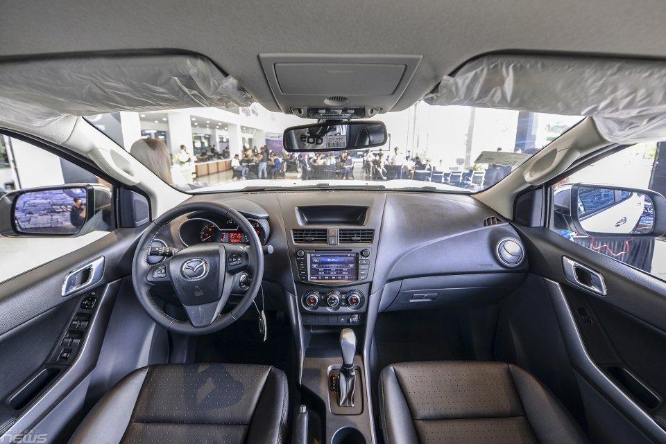 So sánh nội thất Toyota Hilux 2016 và Mazda BT-50 2016.