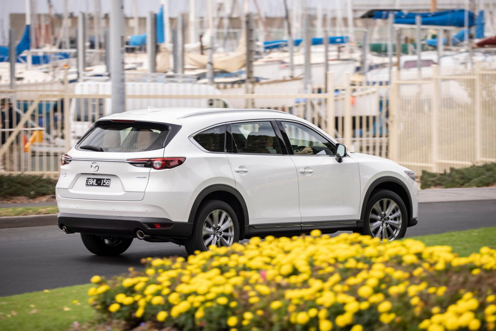 Mazda CX-8 2021 có cả bản động cơ diesel lẫn động cơ chạy xăng đi kèm dẫn động AWD.
