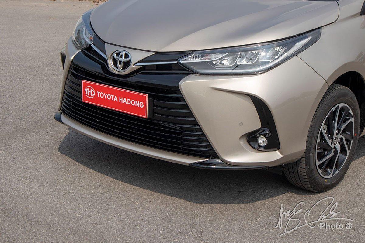 Đánh giá xe Toyota Vios G CVT 2021: Thiết kế lưới tản nhiệt.